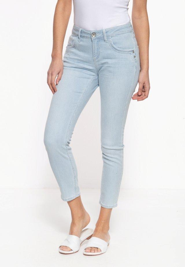 MIT SOMMERLICHEM STREIFEN-DESIGN LEONI - Slim fit jeans - hellblau