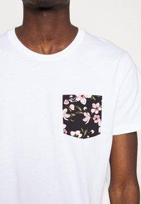 Hollister Co. - FLORAL POCKET ASIA  - Print T-shirt - white - 5
