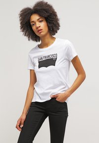 Levi's® - THE PERFECT - T-shirts med print - white - 0