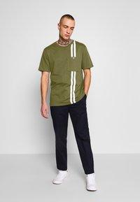 Junk De Luxe - CONTRAST STRIPE TEE - T-shirt print - army - 1