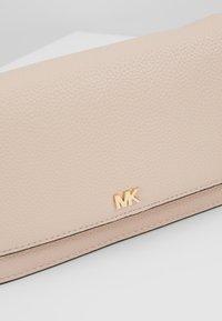 MICHAEL Michael Kors - MOTTPHONE CROSSBODY - Taška spříčným popruhem - soft pink - 6