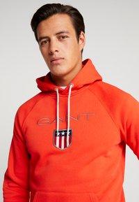 GANT - SHIELD HOODIE - Hoodie - blood orange - 3