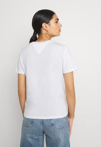 Tommy Jeans - METALLIC CORP LOGO TEE - T-shirt con stampa - white - 2