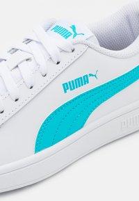 Puma - SMASH UNISEX - Sneakers laag - white/blue/gold/black - 5