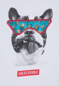 Abercrombie & Fitch - INTERACTIVE - Triko spotiskem - white - 2