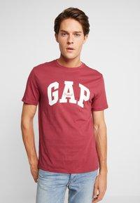 GAP - V-LOGO ORIG ARCH - Camiseta estampada - indian red - 0