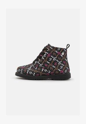 MINI PAT BIKER - Lace-up ankle boots - black/camel