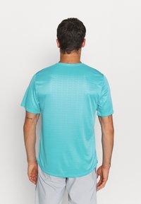 Nike Performance - MILER EMBOSS - T-shirt con stampa - chlorine blue/silver - 2