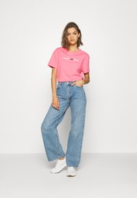 Tommy Jeans - MODERN LINEAR LOGO TEE - T-shirts med print - pink - 1