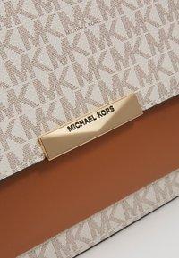 MICHAEL Michael Kors - GUSSET - Taška spříčným popruhem - vanilla - 4