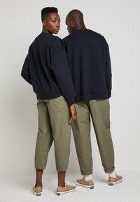 Converse - SHAPES BUBBLE CREW UNISEX - Sweatshirt - black - 3