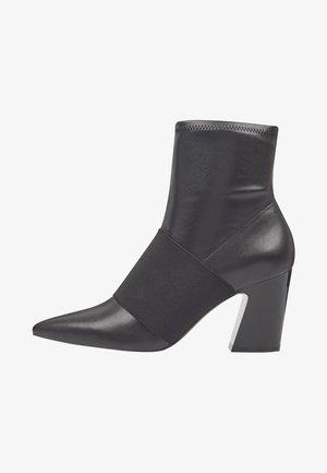 DELAYNA - Korte laarzen - black waxed