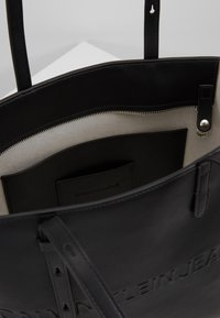 Calvin Klein Jeans - BOX TOTE ZIPPER - Sac à main - black - 4