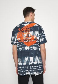 Vivienne Westwood Anglomania - TIME TO ACT - Print T-shirt - dark blue - 2