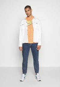Nike Sportswear - PRINT PACK - Camiseta estampada - orange trance - 1