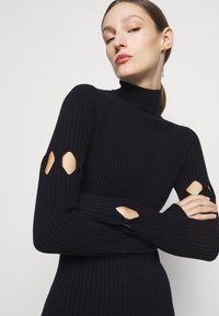 Victoria Beckham - LONG SLEEVE NECK FITTED - Pletené šaty - navy - 3