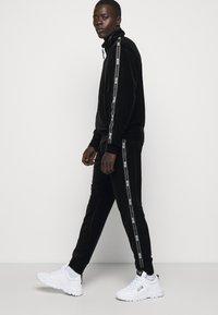 Versace Jeans Couture - MAN LIGHT - Zip-up hoodie - nero - 6