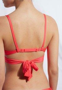 Calzedonia - MIT ABGESTUFTER WATTIERUNG INDONESIA ECO - Bikini top - glossy red - 1