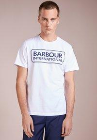 Barbour International - ESSENTIAL LARGE LOGO TEE - Triko spotiskem - white - 0