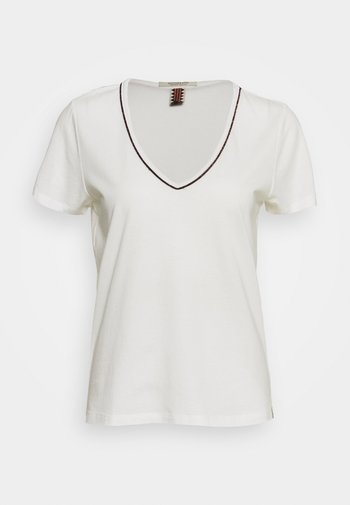 TEE WITH PIPING
