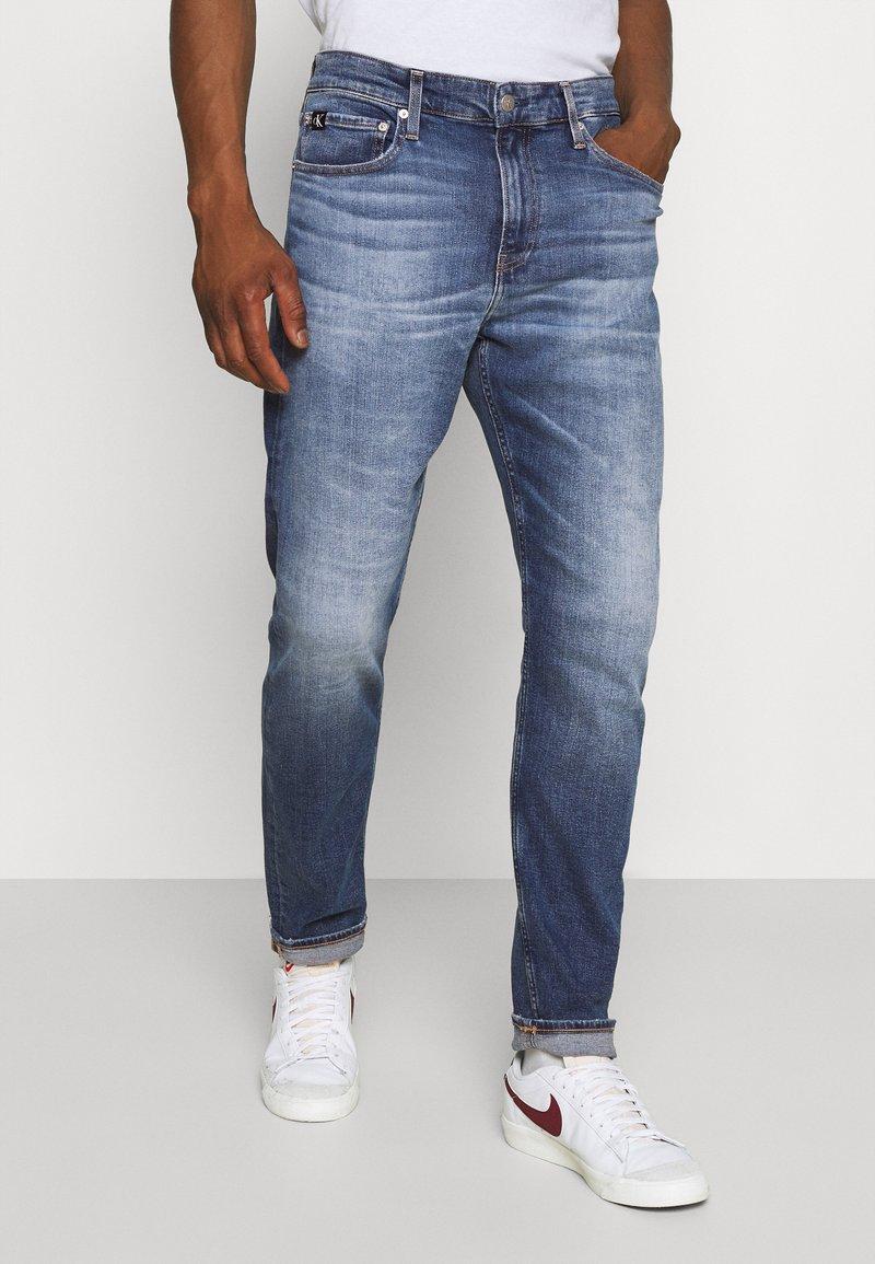 Calvin Klein Jeans - SLIM TAPER - Zúžené džíny - denim medium