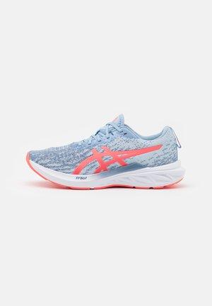 DYNABLAST 2 - Neutrální běžecké boty - mist/blazing coral