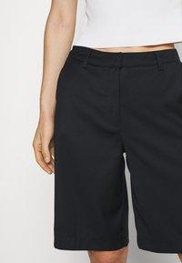 Who What Wear - THE BERMUDA - Shortsit - black - 5