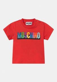 MOSCHINO - Print T-shirt - poppy red - 0