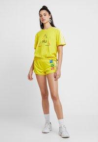 adidas Originals - PHARRELL WILLIAMS 3 STRIPES - Kraťasy - yellow - 1