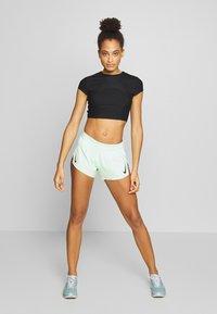 Nike Performance - AEROSWIFT - Pantalón corto de deporte - vapor green/black - 1