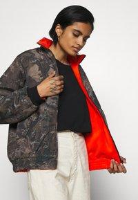 Carhartt WIP - KEYSTONE REVERSIBLE JACKET - Winter jacket - green/safety orange - 4