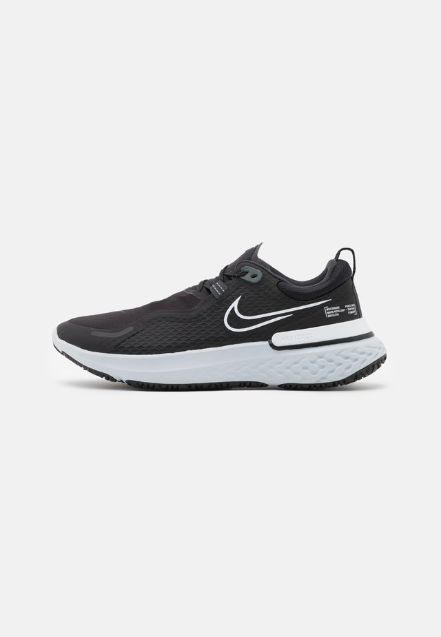 REACT MILER SHIELD - Laufschuh Neutral - black/white/pure platinum/dark smoke grey/reflect silver