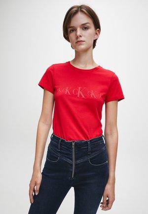 ECO SLIM - T-shirt con stampa - red hot/ darker red
