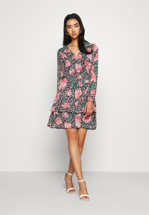 PCFLOWI  DRESS - Denní šaty - black/white/pink