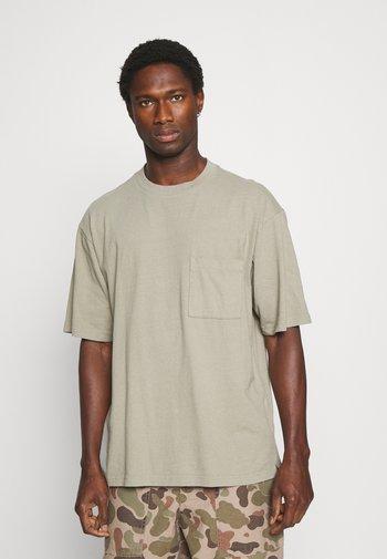 OVERSZED - T-shirt - bas - gale green