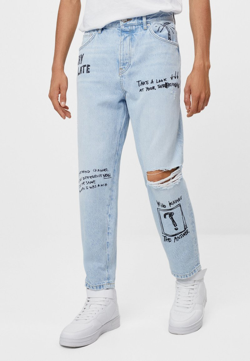 Bershka - MIT GRAFFITI  - Jeansy Relaxed Fit - blue denim