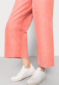 Ética - DEVON - Straight leg jeans - waterline fire coral - 3