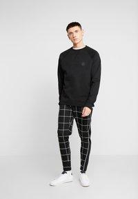 Topman - WINDOWPANE  - Pantaloni sportivi - black - 1