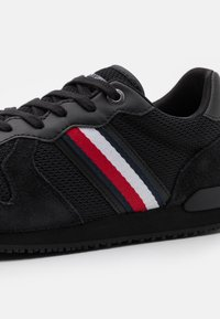 Tommy Hilfiger - ICONIC MATERIAL MIX RUNNER - Sneakers basse - black - 5