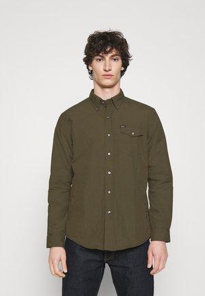 CLASSIC FIT UTILITY SHIRT - Summer jacket - defender green