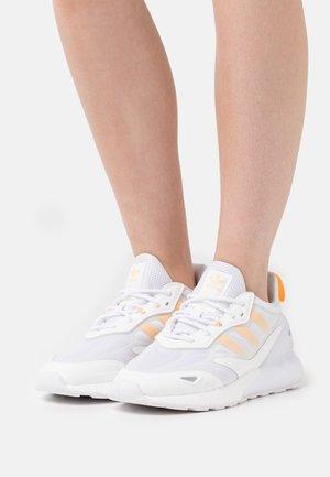 ZX 2K BOOST 2.0  - Joggesko - footwear white/acid orange/silver metallic