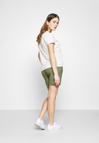 MAMALICIOUS - Shorts - oil green - 2