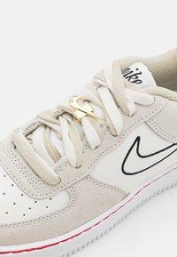 Nike Sportswear - AIR FORCE 1 LV8 S50 UNISEX - Trainers - light stone/black/sail/university red - 5
