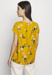 Vero Moda - VMFALLIE - Print T-shirt - chai tea/fallie - 2