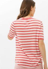 BRAX - STYLE COLETTE - T-shirt imprimé - coral - 2