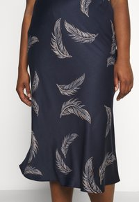 CAPSULE by Simply Be - FEATHER PRINT COLUMN MIDI SKIRT - Pencil skirt - navy - 4