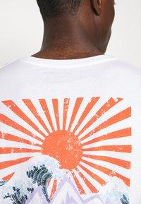 Jack & Jones - JORMAXIS TEE CREW NECK  - Print T-shirt - cloud dancer - 5