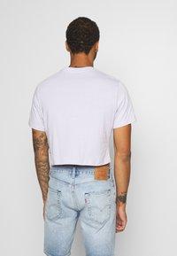Levi's® - PRIDE COMMUNITY CROPPED TEE - T-shirt con stampa - pride lavender/multi - 2