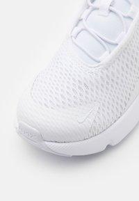 Nike Sportswear - AIR MAX 270 UNISEX - Zapatillas - white/metallic silver - 5