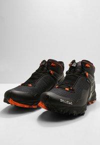 Salewa - MS ULTRA FLEX MID GTX - Obuwie hikingowe - black/holland - 2